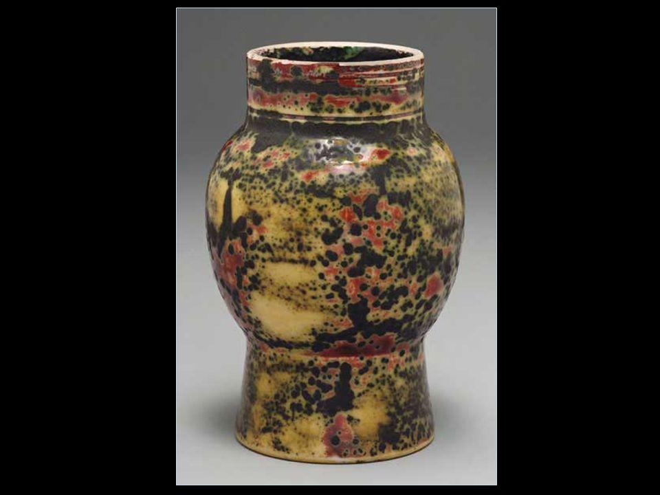 Kerámia Néhány évvel később, miután Tiffany már elsajátította a művészi zománc készítését, új utakat keresett. Párizsban, 1900-ban a világkiállításon