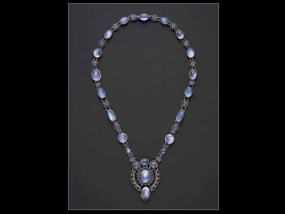 Ékszerek 1902-ben, apja halála után, Tiffany alelnöke és művészeti igazgatója a Tiffany & Company-nak.