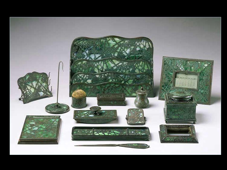 Fém és fa Később, Tiffany jelentősen bővítette kínálatát, úgy a termékek számát, mind változatosságát tekintve. A huszadik század első két évtizedében