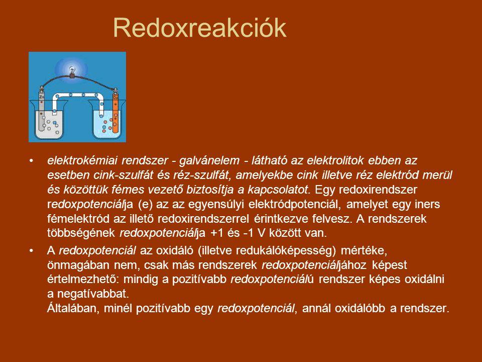 Mikroorganizmusok segítségével készített ételek, italok Bor: spontán vagy irányított erjesztés –Oxidatív/reduktív –almasav-bontás: gyengébb sav (tejsav) képződik (Oenococcus oeni, Lactobacillus, Pediococcus) –aszúbor: Botrytis cinerea –direkttermők: pektinbontás  metanol –túl sok oxigén (töltögetéssel megelőzhető) Levegőíz (kevés CO 2 ) ecetsav-baktériumok virágélesztők: meleg pincében, felületen oxidálnak, gombaízt okoznak –kevés alkohol, kevés sav: nyúlósodás –rossz dugó: dugóíz (triklór-anizol) –melegben tárolás: barnatörés, fenolok oxidációja –Kevés sav, túl sok tejsavbaktérium: zavarosodás, egéríz, karcosság, muskátliszag, keserű íz (glicerinből akrolein) –vadélesztők: erjedés indulásakor, záptojásszag –penészek: szőlőről, eszközökről –Megkésett szűrés, élesztőbomlás: dögszag, seprőbomlás