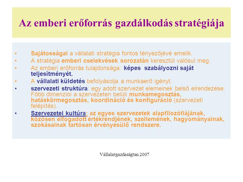 Az emberi erőforrás gazdálkodás stratégiája Sajátosságai a vállalati stratégia fontos tényezőjévé emelik. A stratégia emberi cselekvések sorozatán ker