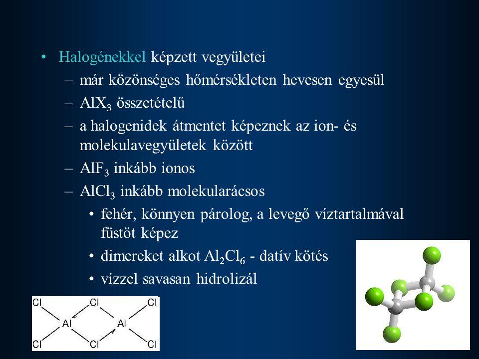Halogénekkel képzett vegyületei –már közönséges hőmérsékleten hevesen egyesül –AlX 3 összetételű –a halogenidek átmentet képeznek az ion- és molekulav