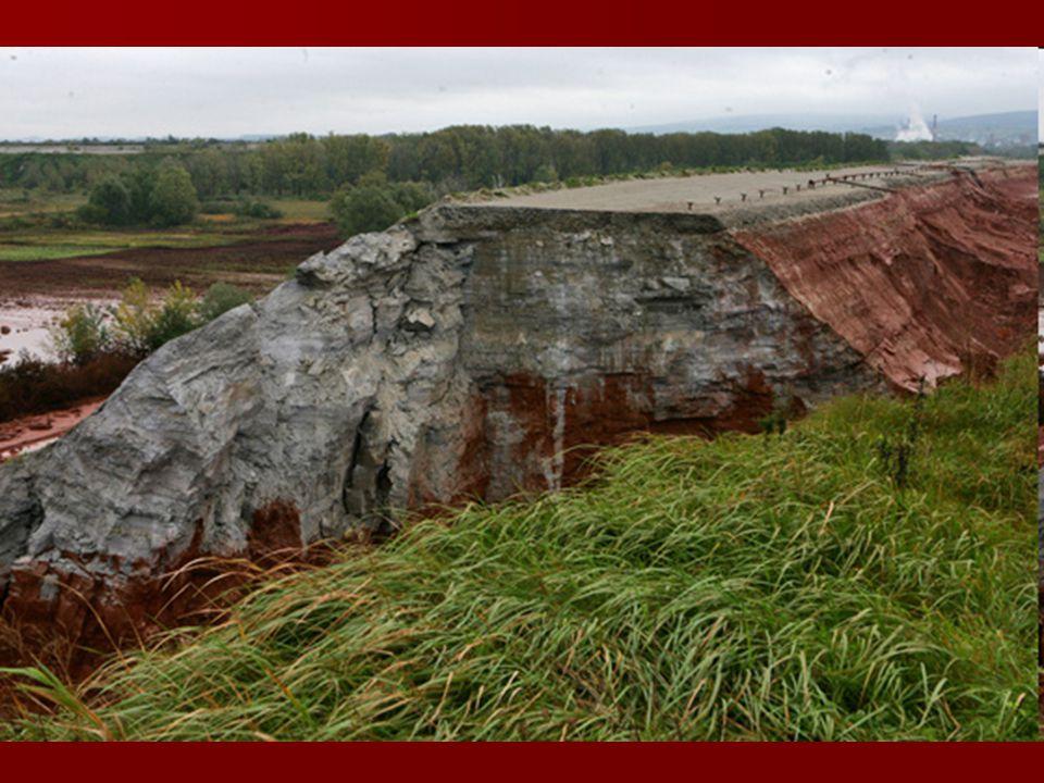 Az október 4-ei vörösiszap-katasztrófánál nem maga az iszap, hanem a tározóból kiömlő, erősen lúgos folyadék okozta a legsúlyosabb károkat.