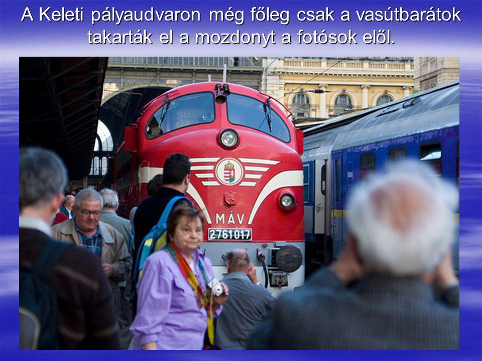 A Keleti pályaudvaron még főleg csak a vasútbarátok takarták el a mozdonyt a fotósok elől.