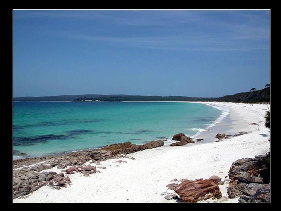 Fehér homokos strand, Ausztráliában (Hyams Beach).