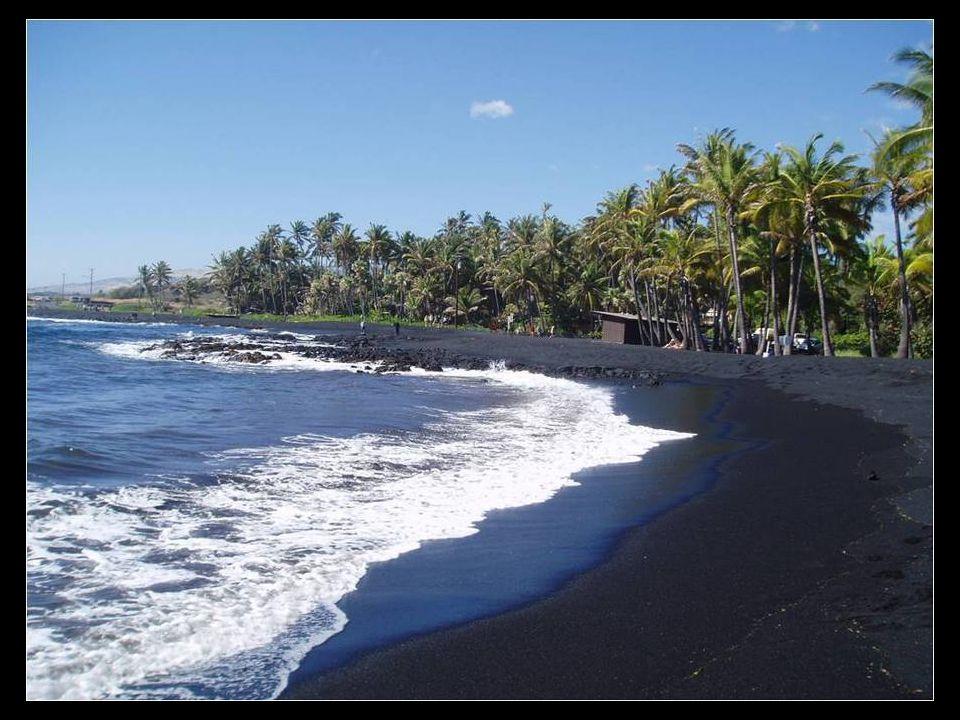 Punaluu. Fekete homokos strand, Hawaii.