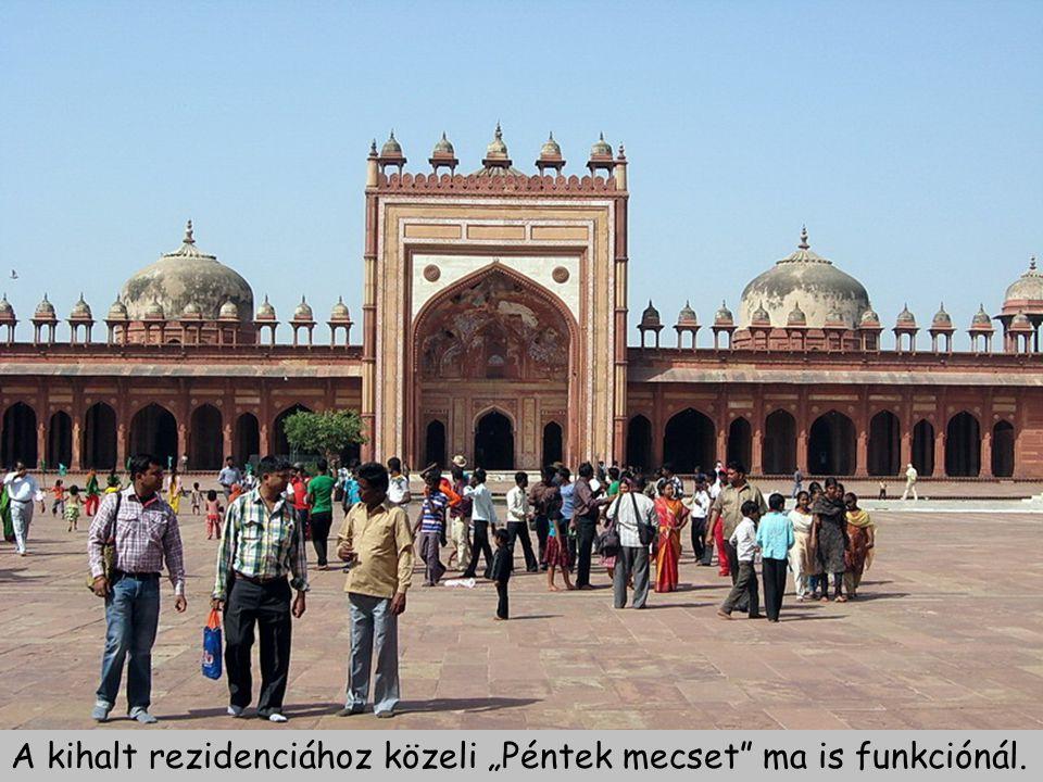 Útban Jaipur felé, Akbar császár Sikri falu mellett építtetett uralkodói rezidenciájának főterén. A rezidenciát és a köré épült várost 10 év után vízh