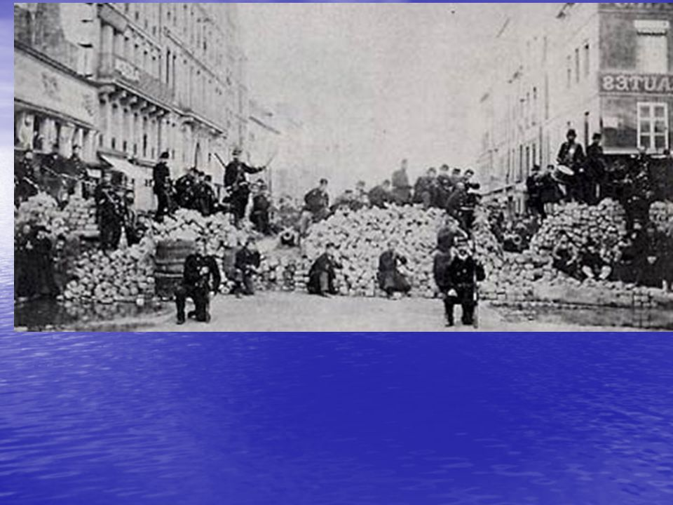 A kormány Versailles-ba menekül – Párizsban március 22-én kikiáltják a kommünt A kormány Versailles-ba menekül – Párizsban március 22-én kikiáltják a kommünt Március 26-án választások: a forradalmárok győznek Március 26-án választások: a forradalmárok győznek Kommün: községtanács, az elnevezés a középkori autonóm városokra utal (önigazgatás, önkormányzat) Kommün: községtanács, az elnevezés a középkori autonóm városokra utal (önigazgatás, önkormányzat) A kormányzatnak 10 bizottsága és 95 tagja volt A kormányzatnak 10 bizottsága és 95 tagja volt Magyar vonatkozás: a munkaügyi bizottság vezetője Frankel Leó Magyar vonatkozás: a munkaügyi bizottság vezetője Frankel Leó