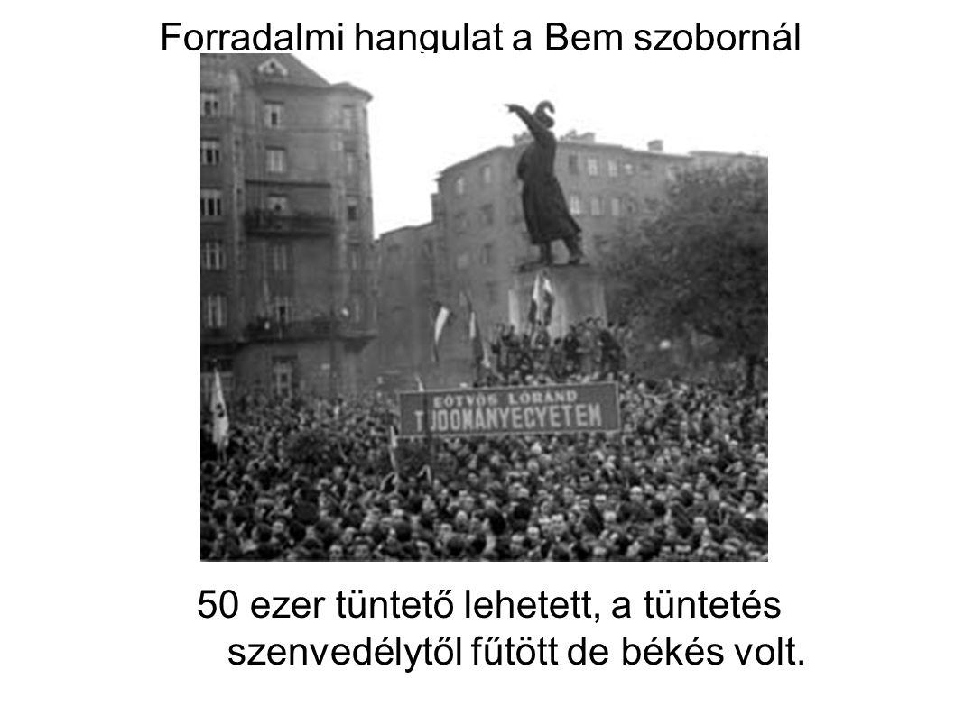 Forradalmi hangulat a Bem szobornál 50 ezer tüntető lehetett, a tüntetés szenvedélytől fűtött de békés volt.