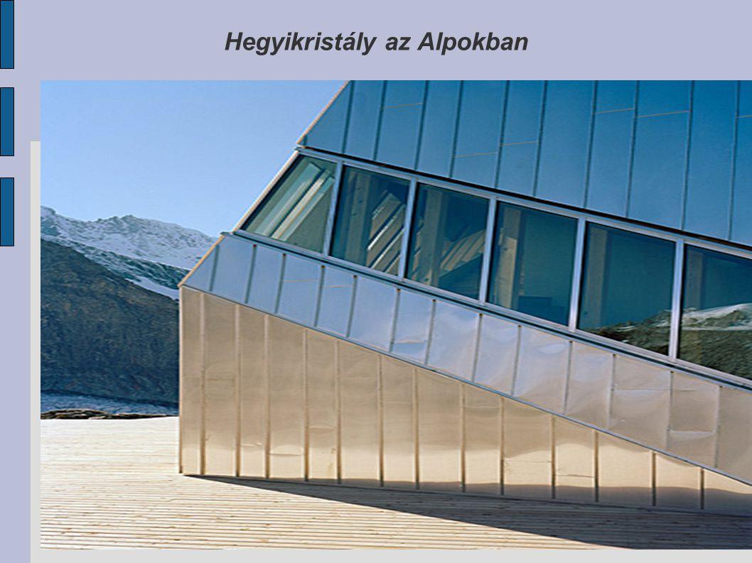 Az épület tömege kompakt, az alumínium borítás ezüstös színe jól illeszkedik a környezetbe