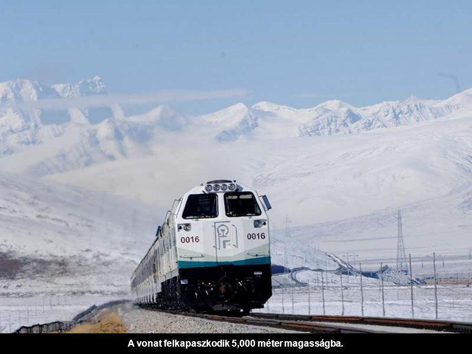 A vonat felkapaszkodik 5,000 méter magasságba.