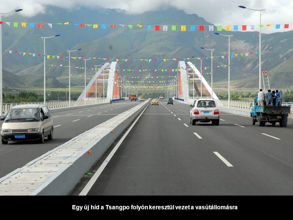 Egy új híd a Tsangpo folyón keresztül vezet a vasútállomásra