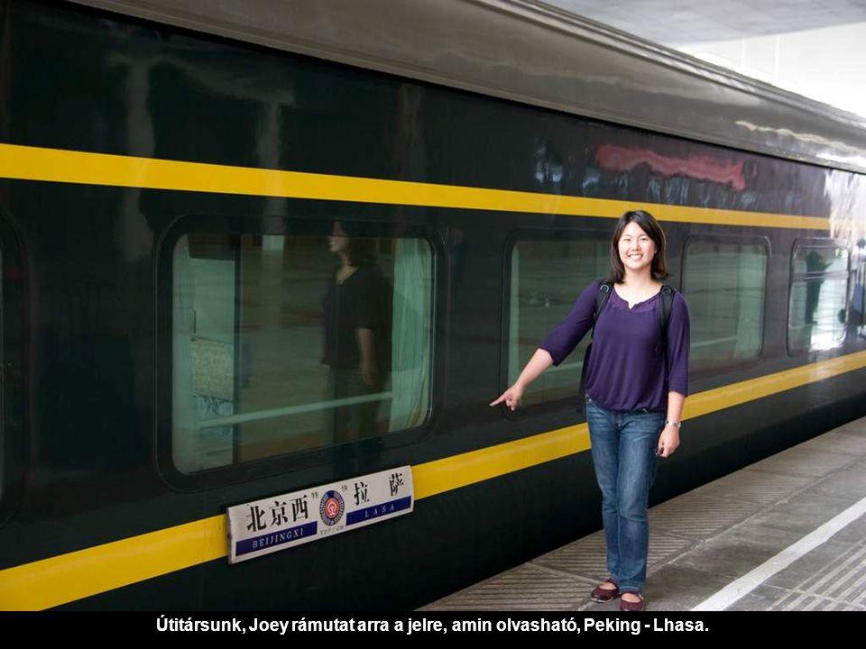 Útitársunk, Joey rámutat arra a jelre, amin olvasható, Peking - Lhasa.