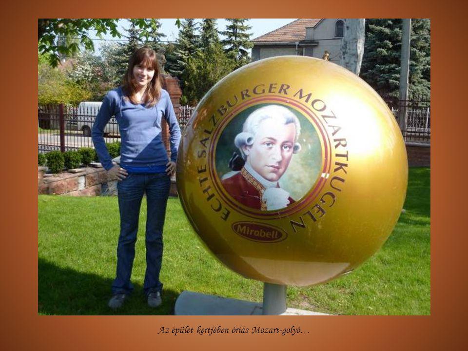 Az épület kertjében óriás Mozart-golyó…