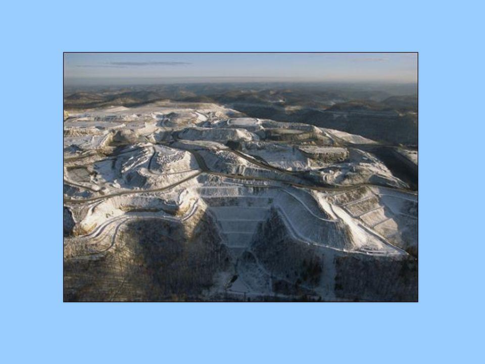 Kőolaj Telített szénhidrogének keveréke Élő szervezetek lebomlásával keletkezik Kisebb mennyiségben oldott gázok, és szilárd szénhidrogének is találhatóak benne 1-2 millió éves