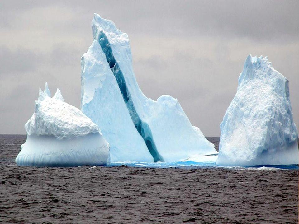 Amikor a jéghegy a tengerbe csúszik egy réteg sós tengervíz ráfagyhat alulról, és ha az gazdag algákban, akkor zöldes színű lesz. Barna, fekete és sár
