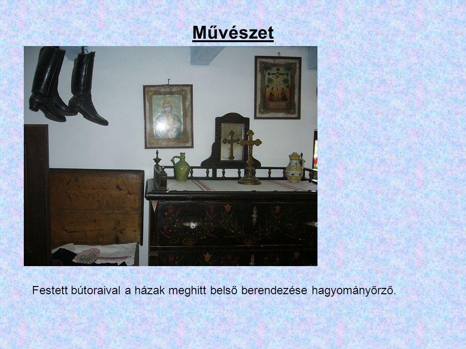 Művészet Festett bútoraival a házak meghitt belső berendezése hagyományőrző.