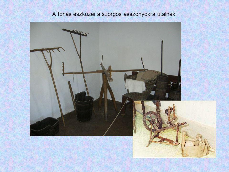 A fonás eszközei a szorgos asszonyokra utalnak.