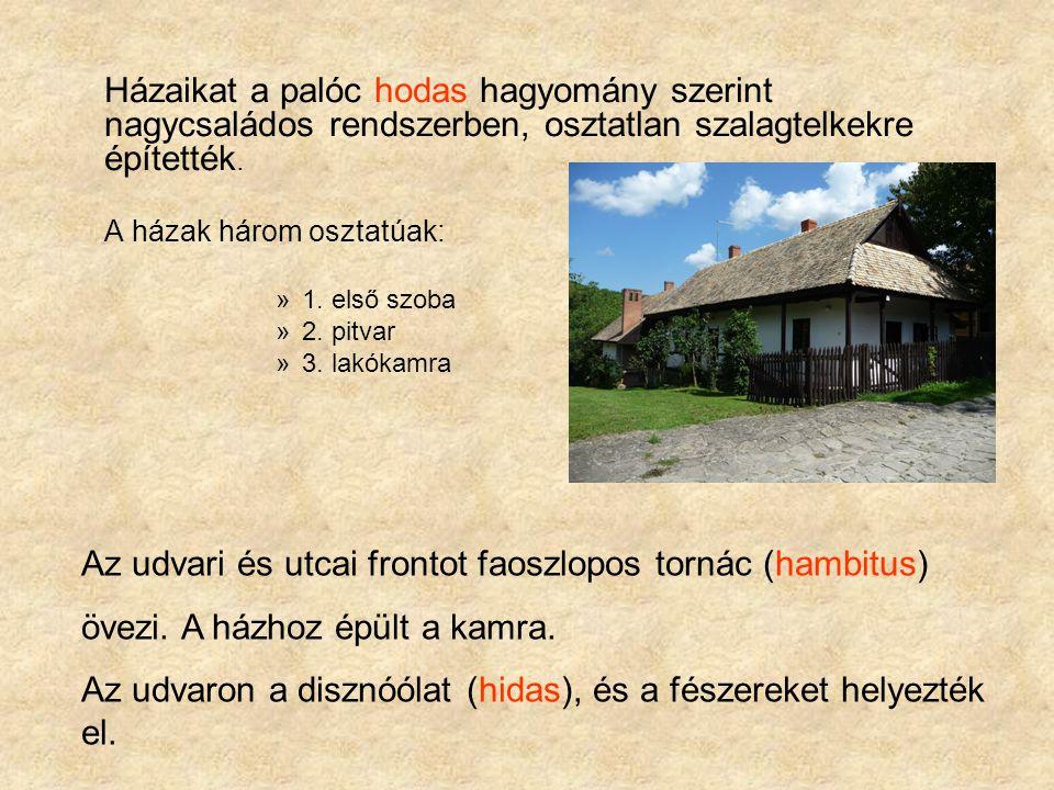 Házaikat a palóc hodas hagyomány szerint nagycsaládos rendszerben, osztatlan szalagtelkekre építették. A házak három osztatúak: »1. első szoba »2. pit