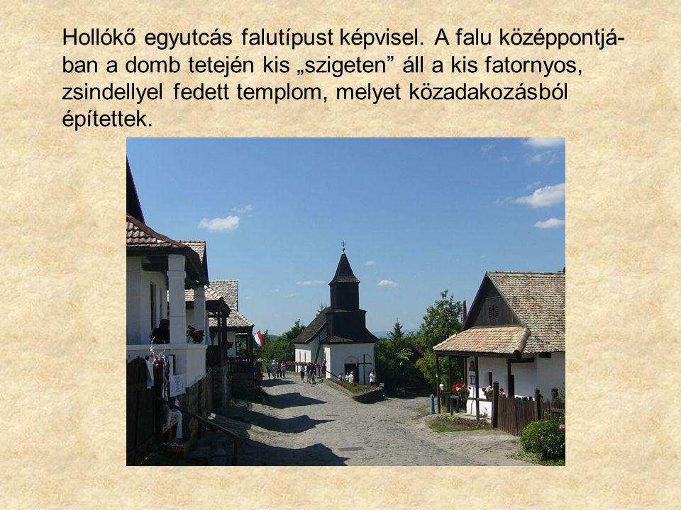 """Hollókő egyutcás falutípust képvisel. A falu középpontjá- ban a domb tetején kis """"szigeten"""" áll a kis fatornyos, zsindellyel fedett templom, melyet kö"""