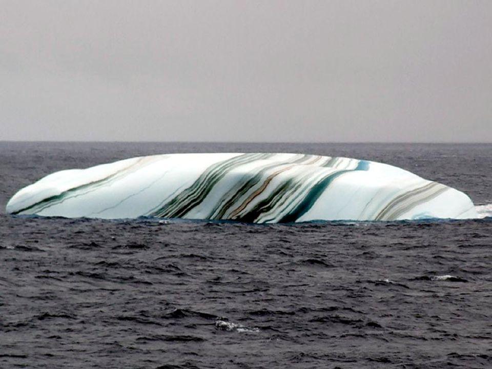 A jéghegyek a déli sarkon néha csíkosak, amit a hórétegek képeznek a különböző eseményekre reagálva. A kék csíkot a jég repedésbe hirtelen buborékképz
