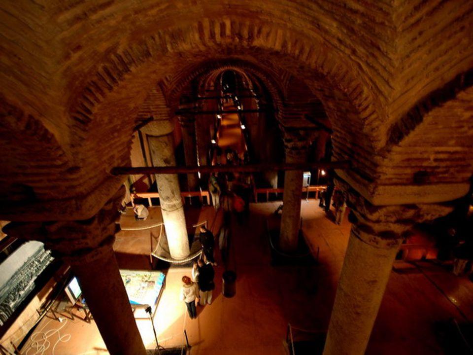Ez egy történelmi emlékmű: A Cisterna Bazilika- törökül Sarayi Yerebetan, de Elsűllyedt Palota néven is ismert.