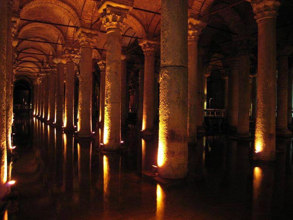 """A ciszterna homályos világítása ellenére, az oszlopok """"erdeje"""" nagy hatásaal vannak a turistákra."""