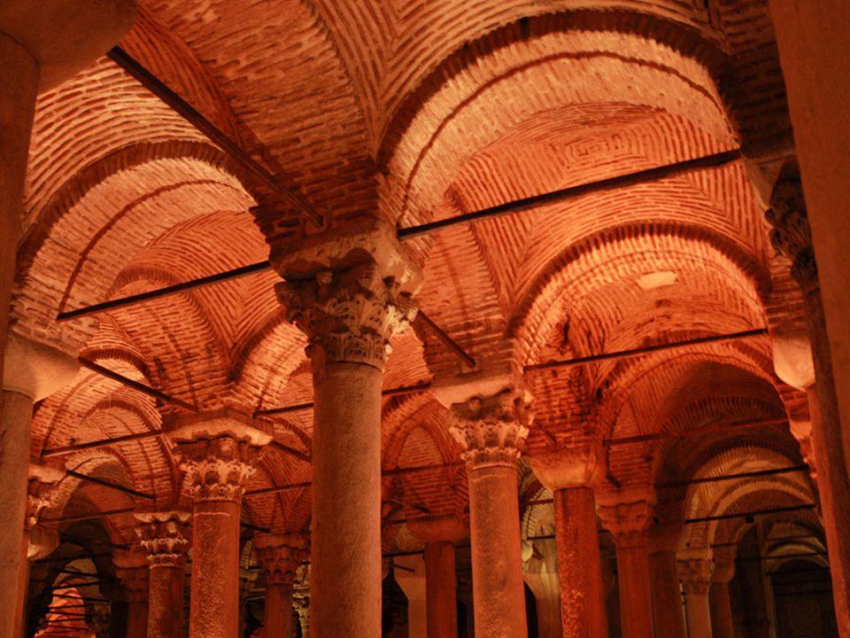 Az oszlopok; Ión, Korintuszi, de néhány közülük Doriai stílusú.