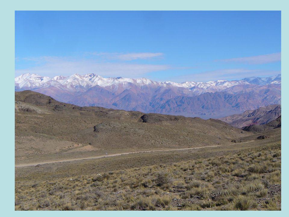 3. Lánchegységek jellemzői. Egymással láncszerűen kapcsolódó hegységek. Általában párhuzamos hegyvonulatok. Hosszanti völgyek tagolják. Hegyes csúcsok