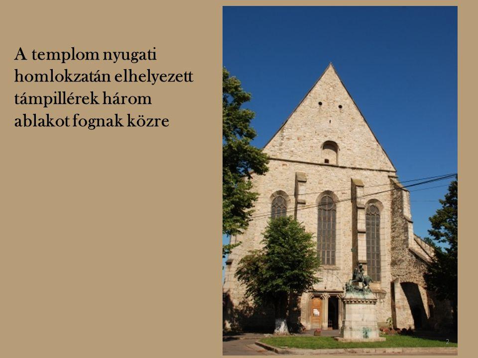 A templom nyugati homlokzatán elhelyezett támpillérek három ablakot fognak közre 2