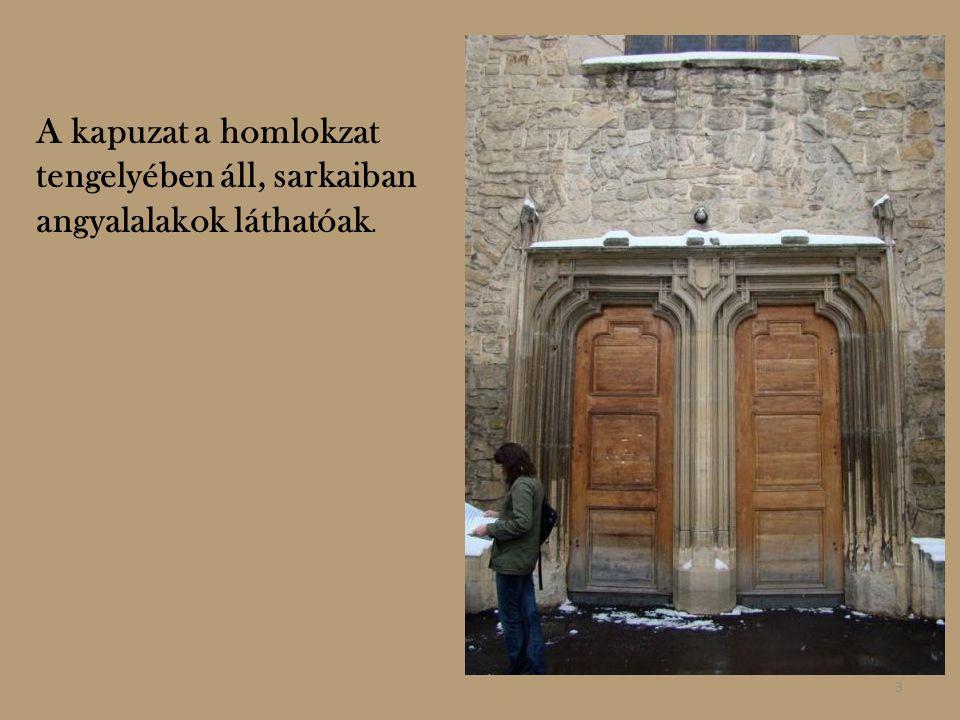 A kapuzat a homlokzat tengelyében áll, sarkaiban angyalalakok láthatóak. 3