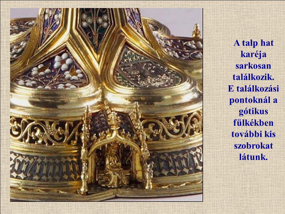 A talp hat karéja sarkosan találkozik. E találkozási pontoknál a gótikus fülkékben további kis szobrokat látunk.