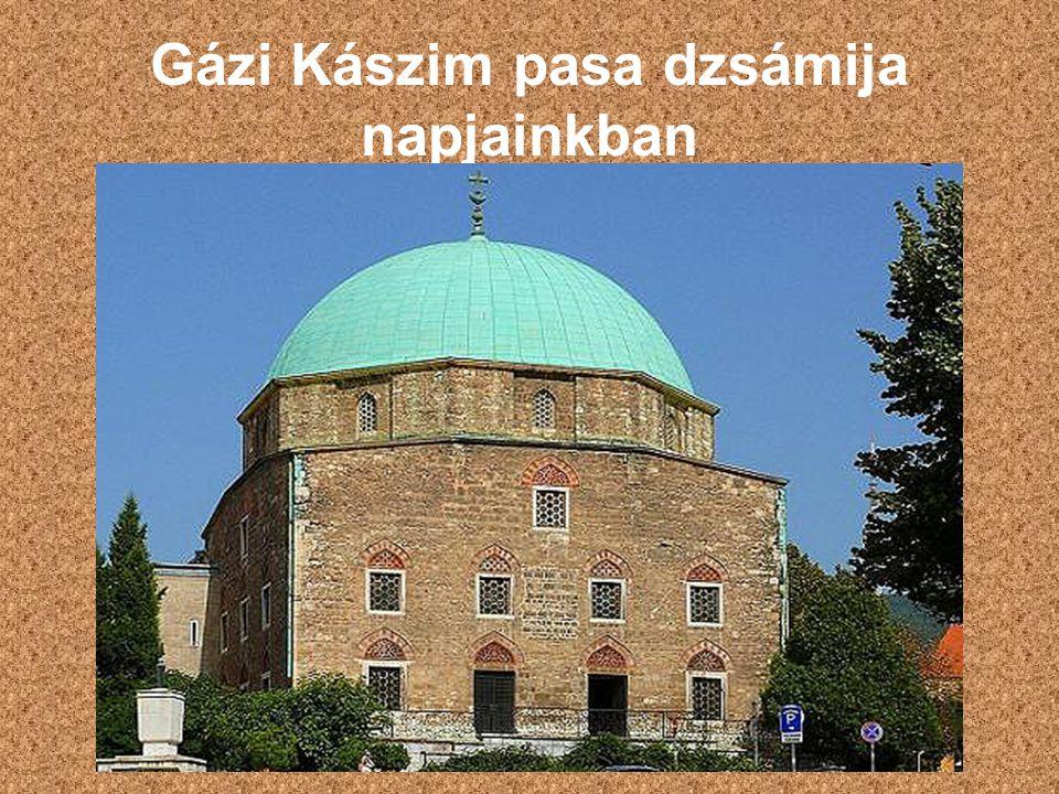 A muzulmán építészet emlékei A muzulmán építészet stílusjegyeit megtartotta Belső falain Korán- idézetek olvashatók Ablakkeretei nagyrészt szamárhátívesek Török imaszőnyegek is láthatóak Mosdómedencéi ma szenteltvíztartók