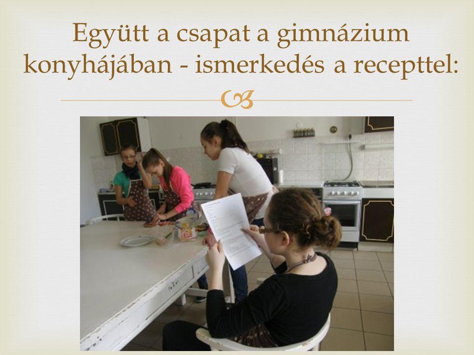  Együtt a csapat a gimnázium konyhájában - ismerkedés a recepttel: