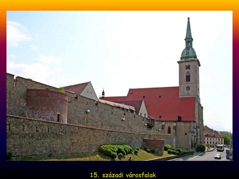 Az 1919–1938-ig terjedő első csehszlovák időszakban megkezdődik a város magyar jellegének fokozatos felszámolása: megváltoztatják a város nevét és az