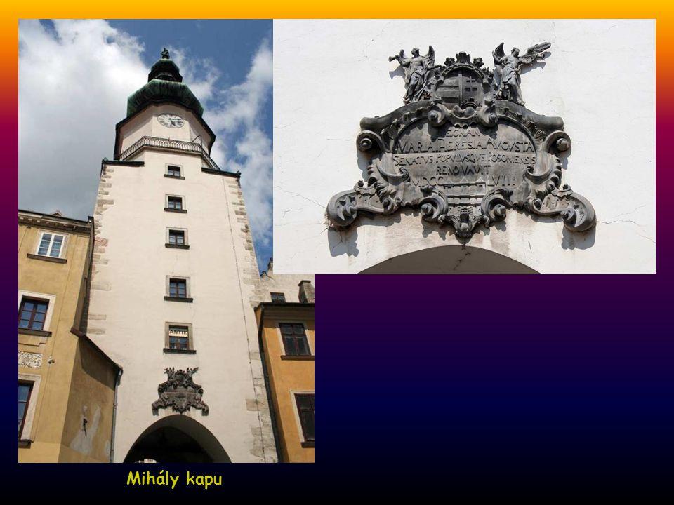 Mihály kapu, az Óváros egyetlen megmaradt középkori kapuja A Mihály kapu tornya, tetején a sátánt legyőző Szent Mihály szobra