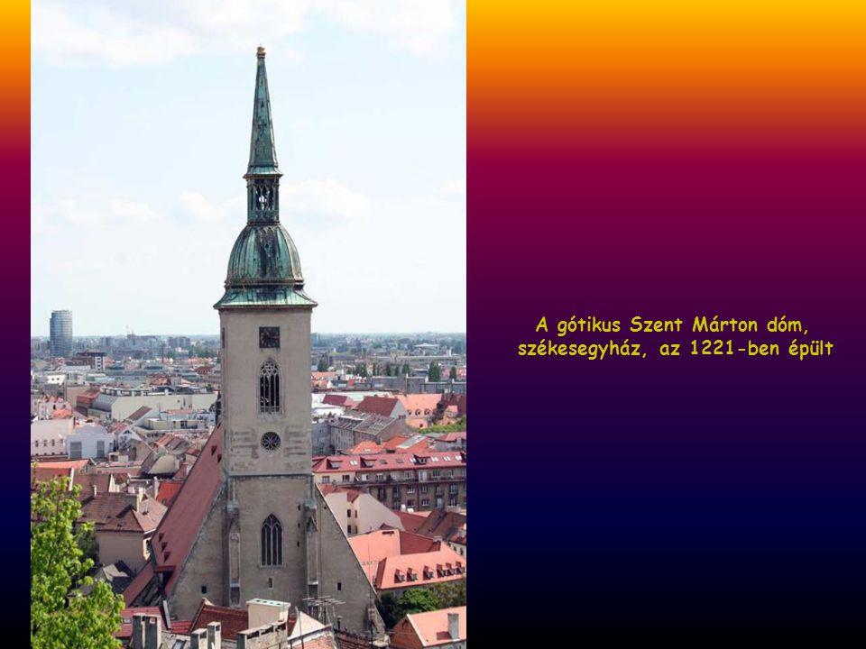 Szent Márton templom. A torony tetején az aranyozott szent korona jelzi, itt koronázták a magyar királyokat és királynékat Mohács és a kiegyezés közöt