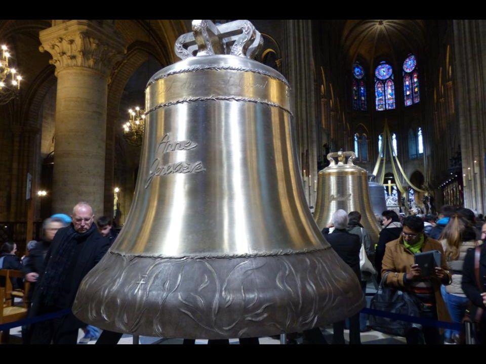 Az « Anne Geneviève » harang 3477 kg - 172,5 cm átmér ő j ű. Szent Anna, Sz ű z Mária anyjának emlékére.