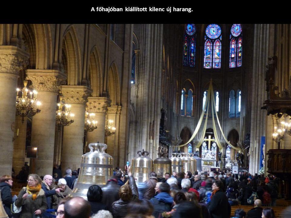 A katedrálissal szemben felállított emelvényről 5,5 m-rel magasabbról csodálhatjuk meg a homlokzatot.