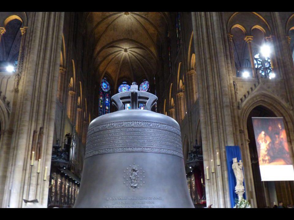 A « Marie » nagyharang. 6023 kg - 206,5 cm átmér ő j ű. Szűz Mária, úgy is, mint a párizsi főegyházmegye anyatemploma, a Notre- Dame székesegyház véd