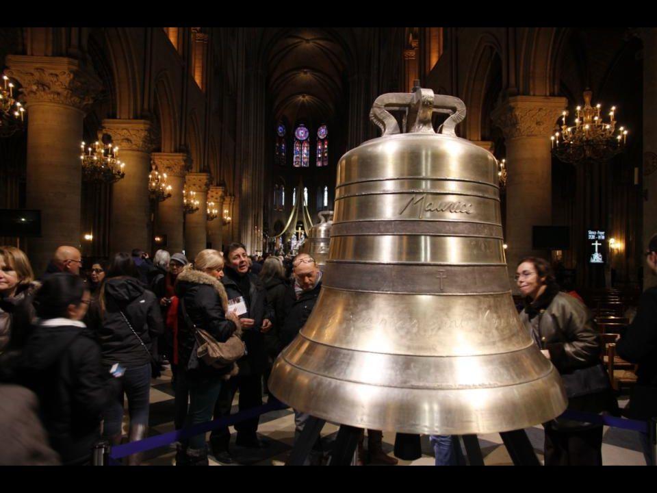 A « Maurice » harang 1011 kg - 109,7 cm átmérőjű. Maurice de SULLY, Párizs 72. püspökének emlékére, aki 1163-ban lerakta e székesegyház alapkövét.