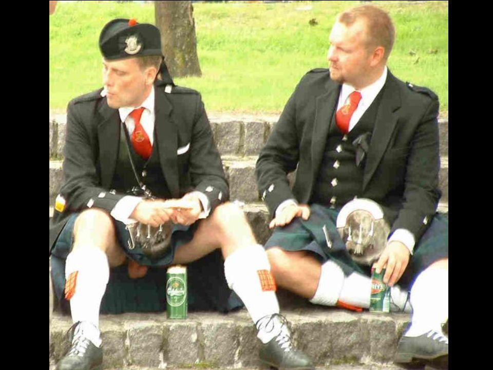 A skót elmegy a koporsókészítőhöz, aki ajánlgatja a különböző koporsókat: - Tessék parancsolni, itt egy fekete lakkozott koporsó cirádákkal, aranyozot