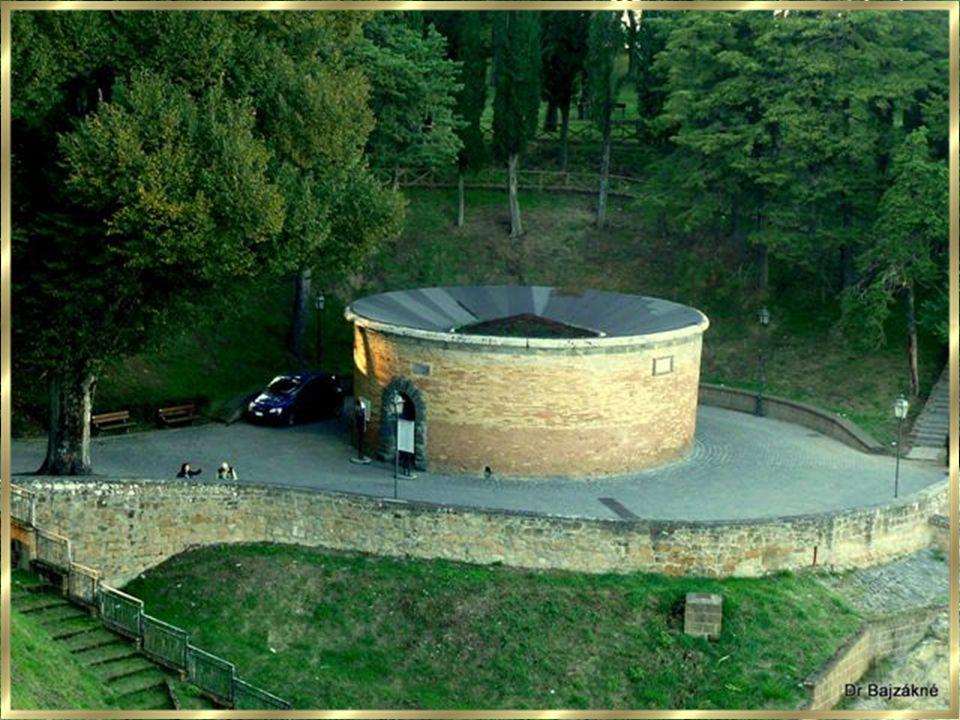 A kút falában körben kettős spirál rámpa található, amelyen a vízhordó öszvérek le-és fel irányban akadály öszvérek le-és fel irányban akadály nélkül