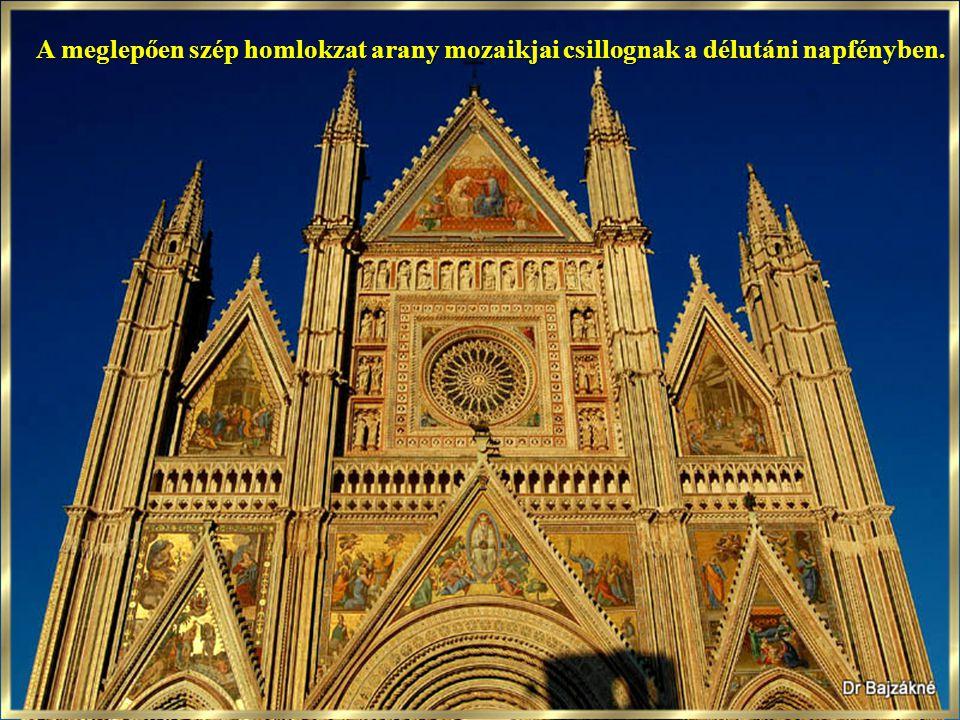 A Lorenzo Maitani által terve- zett homlokzat képek, színek, szobrok, márvány csipkék és domborművek dús együttese. Lenyűgöző pompával magasodik ki a