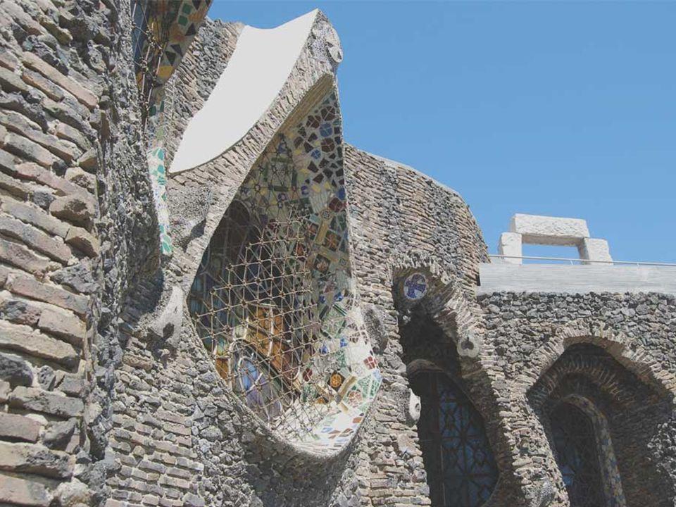 Hasonlóképpen a külső falak téglái és kohó- salakjai nemcsak konstruktív funkciót teljesítenek, hanem, durva szerkezetének és föld-színének köszönhetően, egyesítik a templomot azzal a természeti környezettel, amely körülveszi.