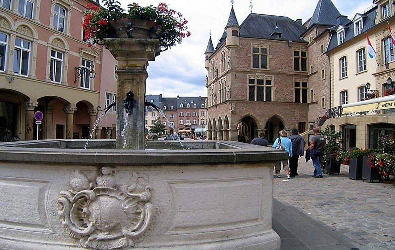 De amellett, hogy a fővárosa gyönyörű, Luxemburg turisztikai célpont is, mint például Echternach városa, ahol történelmi és művészeti örökségek találh