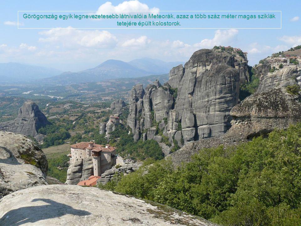 Görögország egyik legnevezetesebb látnivalói a Meteorák, azaz a több száz méter magas sziklák tetejére épült kolostorok.