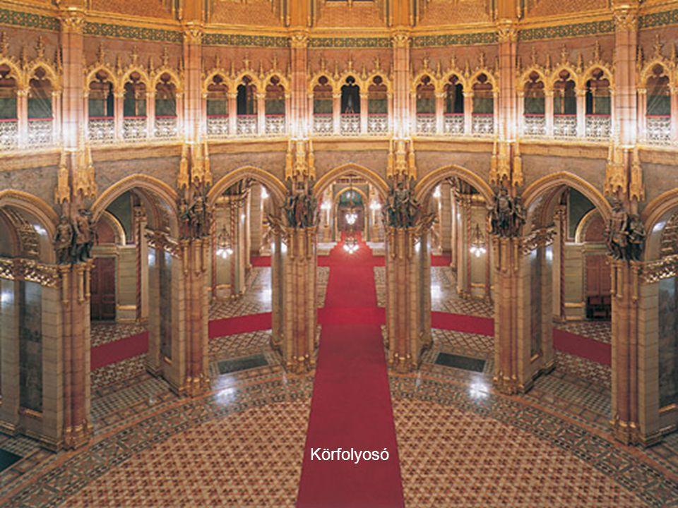 Delegációs bejárat Az épület átlagosan 2 – 5 méter vastag beton tányéron áll. 90 külső és 152 belső szobor magasodik a falakon, emellett kívül megyei