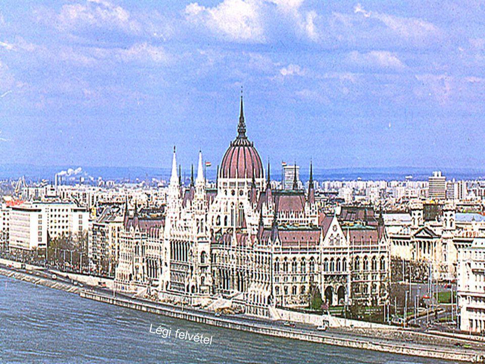 A parlament épülete A Duna felől Az ország háza F: Laci Automatikus diaváltás