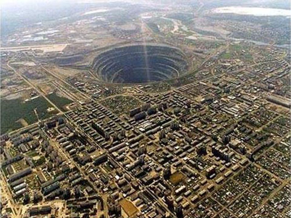 Mirny Gyémántbánya Szerbia Bizonyára sokan ismerik ezt a képet a világ legnagyobb gyémántbányájáról. 525 m mély, 1200 m átmérővel. Fölötte repülési ti